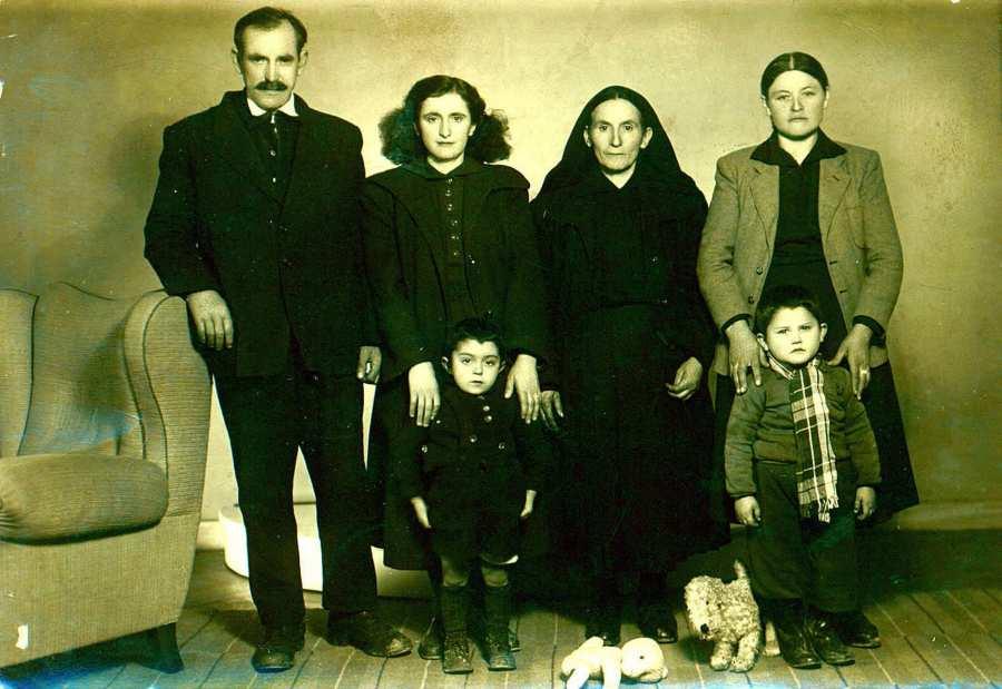 Horní Údolí 1955, Sofia Pagunadu s příbuznými. Jen dospělí zleva: Stavros Kosteas (otec Gavrila), Pagunadu Sofia (manželka učitele), Agathula Kostea (matka Gavrila), Olga Kostea © Archív Pagunadu