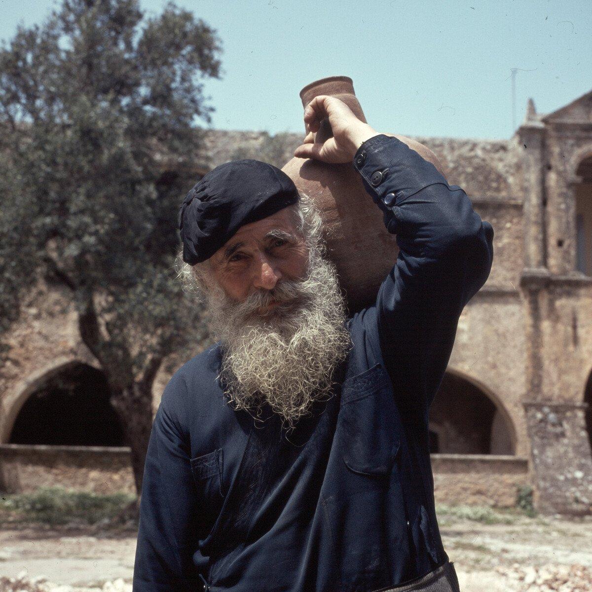 Rethimno. Klášter Arkadi. Mnich v klášteře Arkadi poblíž Rethymna, 1963. © Foto: Konrad Helbig / Deutsche Fotothek, LIFO