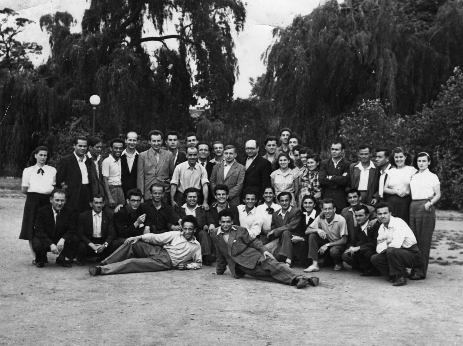 Nedatovaný společný snímek z konference řeckých učitelů, G. Pagunadis ve stojící řadě druhý zleva. © Rodinný archiv Afroditi Ioannidu.